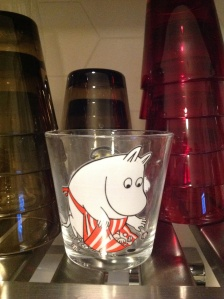 Ostin Tokmannilta itselleni Muumimamma-lasin. Punaviini maistuu siitä erityisen hyvältä.